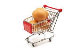 Eier in einer Einkaufslaufkatze Stockbilder
