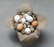 Eier in einer hölzernen Schüssel auf dem Tisch Lizenzfreie Stockfotografie