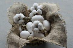 Eier in einer hölzernen Schüssel auf dem Tisch Stockfotos
