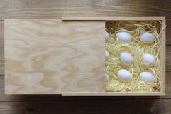 Eier in einer Holzkiste Stockfotografie