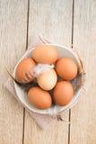 Eier in einer Schüssel Stockbild