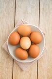 Eier in einer Schüssel Stockfoto