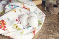 Eier in einer Serviette Stockfoto