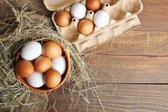 Eier in einer tiefen Schüssel Stockfotos
