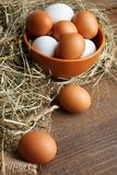 Eier in einer tiefen Schüssel Lizenzfreies Stockfoto