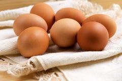 Eier eingewickelt im Stoff Lizenzfreie Stockfotos