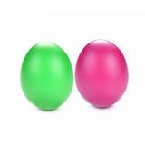 Eier färbten grünen, purpurroten weißen Hintergrund Stockfotografie