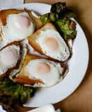 Eier gebraten im Brot stockbild