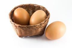 Eier im Bambuskorb Stockfoto