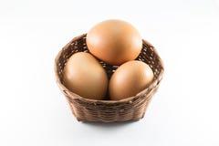 Eier im Bambuskorb Lizenzfreie Stockfotografie