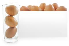 Eier im Glas- und Weißbuchhintergrund Stockfotos