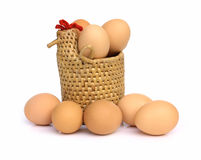 Eier im Hennekorb Stockfoto