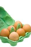 Eier im Karton getrennt auf Weiß Stockfoto