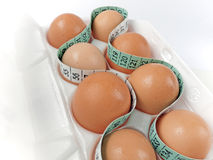 Eier im Karton mit messendem Band Lizenzfreies Stockfoto