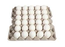 Eier im Kartonpaket auf weißem Hintergrund Stockbilder