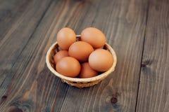 Eier im Korb Stockfotos