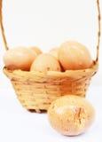 Eier im Korb gebrochen lizenzfreie stockbilder