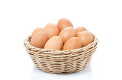 Eier im Korb lokalisiert auf weißem Hintergrund Stockfotos