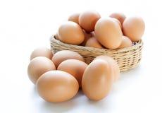 Eier im Korb lokalisiert auf weißem Hintergrund Stockbild