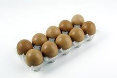 Eier im Paket lokalisiert auf weißem Hintergrund Lizenzfreie Stockbilder