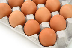 Eier im Papierbehälter lokalisiert auf Weiß Lizenzfreies Stockfoto