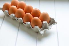 Eier im Papierbehälterpaket Stockfoto