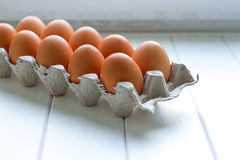 Eier im Papierbehälterpaket Lizenzfreie Stockbilder