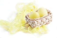 Eier im strawy Korb Lizenzfreie Stockfotos
