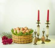 Eier, Kerzenständer, Engel, Kerzen, Korb, Gras, Stein Stockbild