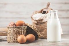 Eier, Mehl und Milch Stockfotos
