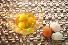 Eier mit blauen Farben weißen und braunen Eies Ostern Stockfotos