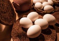 Eier mit einem hölzernen Hintergrund lizenzfreies stockbild