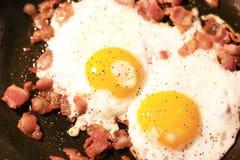 Eier mit gehacktem Speck Stockfotografie