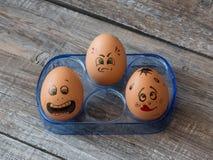 Eier mit gemalten Gesichtern Foto für Ihr Design Konzept des Gelenkes Stockbilder