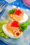 Eier mit geräuchertem Lachs und rotem Kaviar Lizenzfreie Stockfotos
