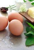 Eier mit Kräutern und Butter Stockfotografie