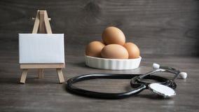 Eier mit Mitteilung von Doktor lizenzfreie stockfotografie
