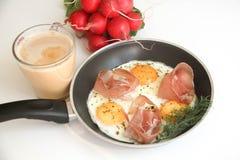Eier mit Prosciutto lizenzfreie stockbilder