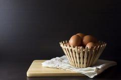 Eier mit Serviette auf schwarzem Hintergrund Stockfoto