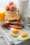 Eier mit Speck stockfotos