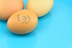 Eier mit Wort ärgern auf blauer Platte für Lebensmittelkonzept Stockfotografie