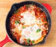 Eier pochiert auf Tomatensauce von oben Stockfotos