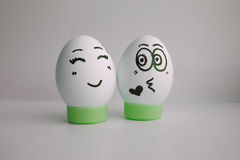 Eier sind mit einem Gesicht Konzept lustig: ein Kuss Stockbild