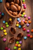 Eier und Alleswisser der süßen Schokolade für Ostern lizenzfreie stockbilder