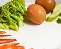 Eier und Gemüse auf Platte Stockfoto