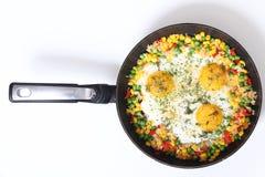 Eier und Gemüse in einer Bratpfanne Lizenzfreies Stockbild