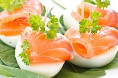 Eier und gesalzene Forelle stockfotos