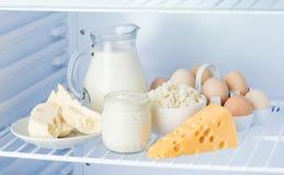 Eier und geschmackvolle Milchprodukte: Sauerrahm, Hüttenkäse, Milch, Stockbild