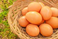 Eier und hölzerner Korbhintergrund des Esters Lizenzfreies Stockbild