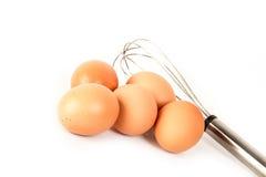 Eier und Handschläger lizenzfreies stockbild